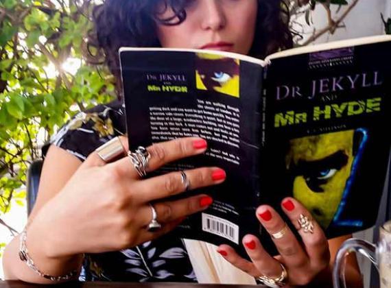 توصية الكاتبة والعاملة الاجتماعية ملاك فروجة- أبو ريا: اقرأوا د. جيكل ومستر هايد